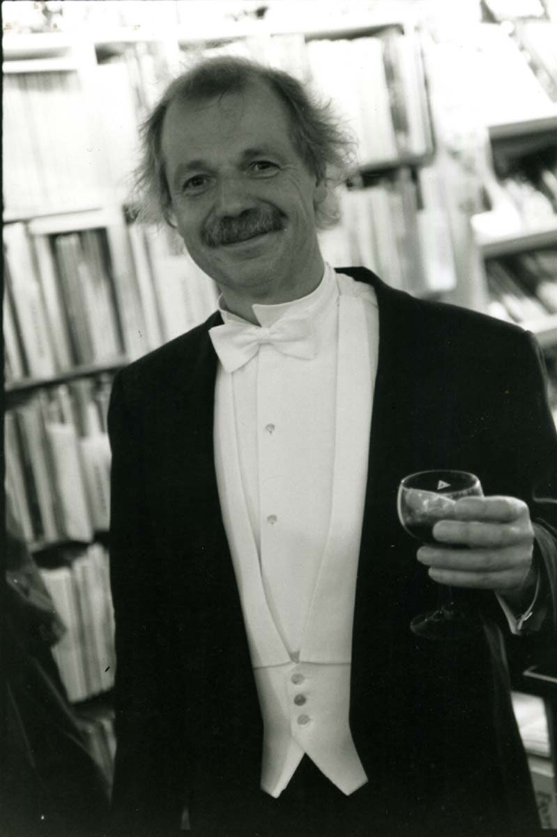 Kees Kousemaker in his tuxedo at Hanko Kolk's Casanova exposition at Lambiek on the Kerkstraat in 1995